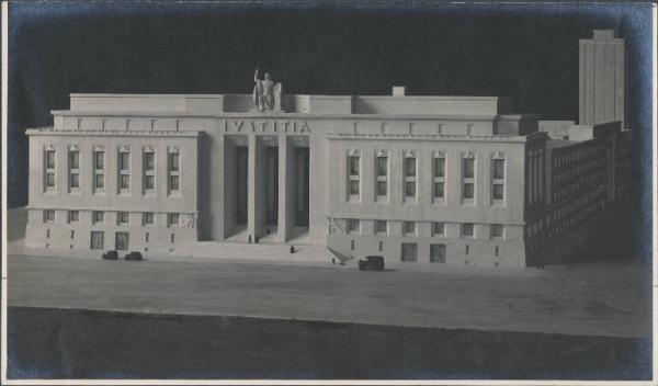 Una foto del modello del Palazzo di Giustizia da realizzarsi