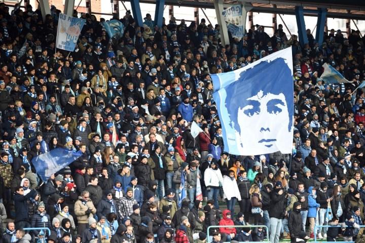 Tifosi della Spal con la bandiera in ricordo di Aldrovandi | Numerosette Magazine