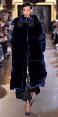 темно синий бархатный пуховик Stella McCartney зима 2016 2017