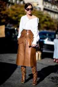 как стильно носить кожаную юбку под белую рубашку