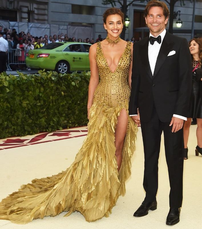 Irina Shayk in Versace e Bradley Cooper