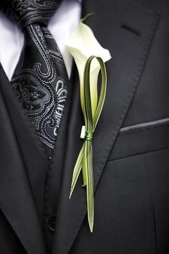 бутоньерка для жениха беллые цветы каллы
