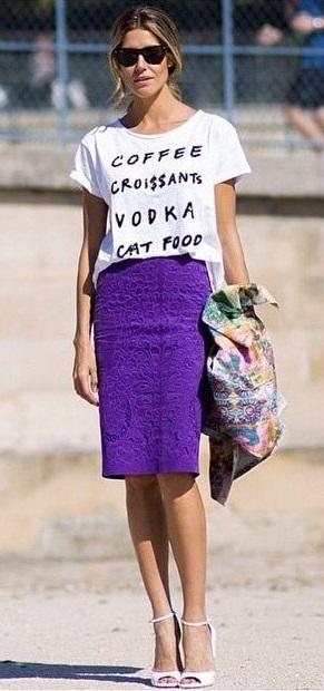 юбка ультрафиолет и белая футболка стрит стайл