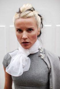 как носить модную брошь на воротнике