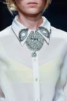 оригинальный способ носить брошь с рубашкой