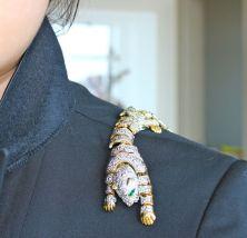 как модно стильно носить брошь на плече