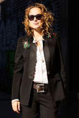 как модно стильно носить брошь со смокингом