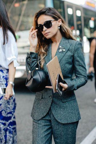 как правильно носить брошь в офисе
