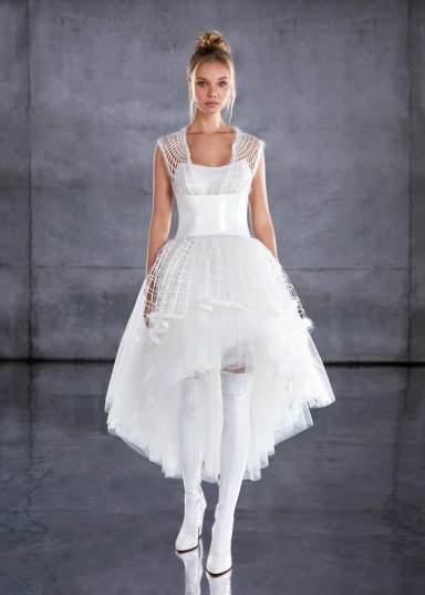 модная тенденция свадебной моды 2020 - урокоченная спереди юбка свадебного платья