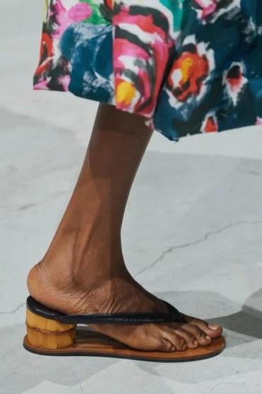 модные тенденции обувь лето 2020 шлепанцы