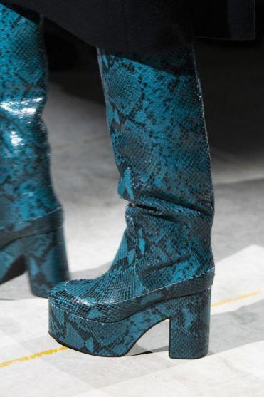 модная обувь 2020 - яркие сапоги тенденция зима и осень 2020