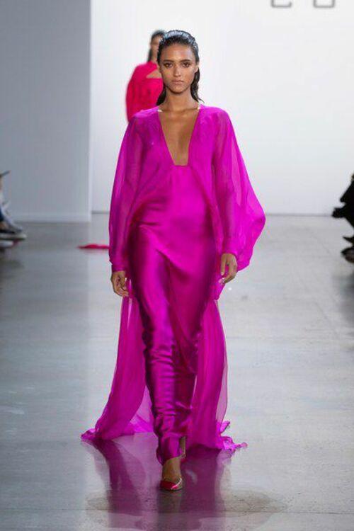 модные платья 2020 цвет мажента