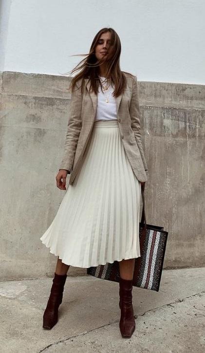 с чем носить модную белую юбку плиссе ниже колена