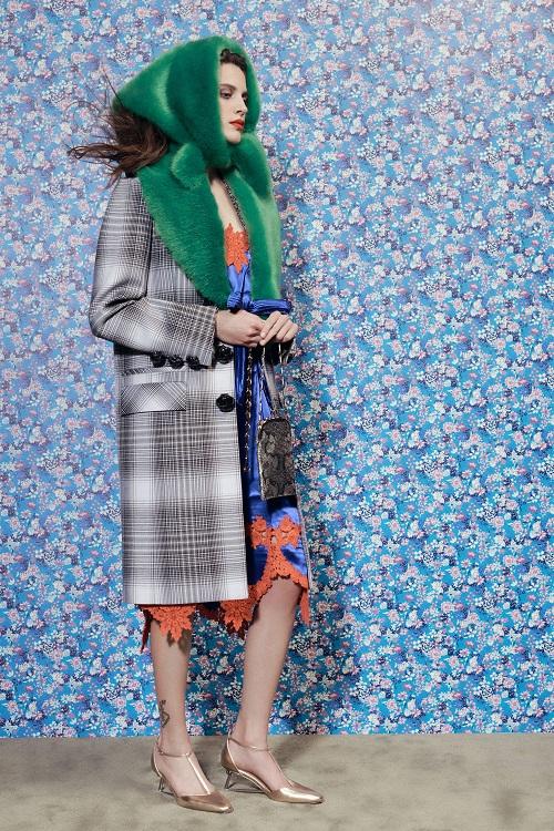 Модные пальто 2021 2022 тренд пальто с воротником из меха