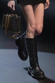 модные сапоги 2021 - модный тренд споги с широким голенищем