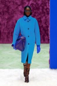модное пальто 2021 2022 тренд яркое пальто