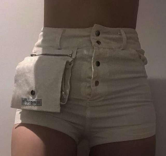 Новый тренд. Девушка носит шорты с откидным карманом
