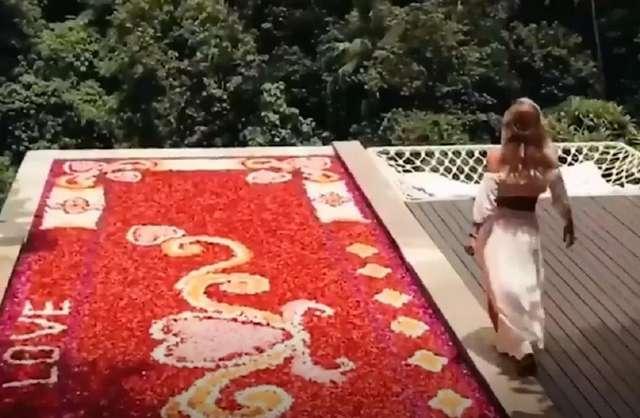Пользователи Instagram оценили: к приезду гостей сотрудники виллы на Бали покрывают весь бассейн цветами