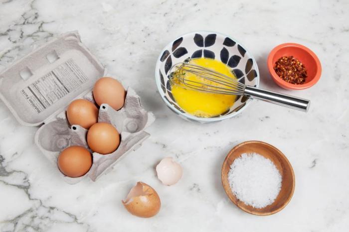 Как продлить срок хранения и определить свежесть яиц: используем простой лайфхак
