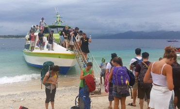 Unloading from the fastboat at Gili T