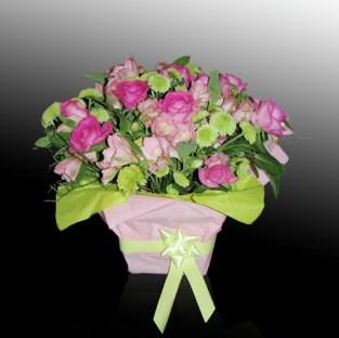 Аранжировка - подарък за сватба декорирана в розово