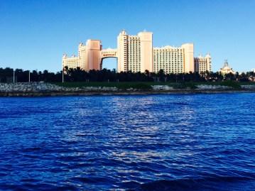 搭乘船去DT時可以在水上完整地看到亞特蘭提斯著名的地標