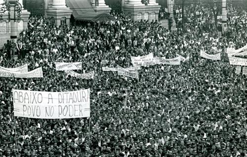 """Faixa """"Abaixo a ditadura! Povo no Poder"""" durante comício da época"""
