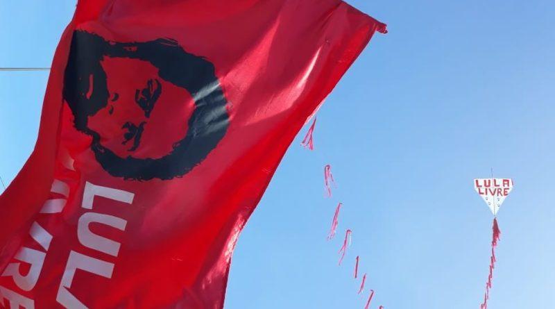 pipa e bandeira Lula Livre