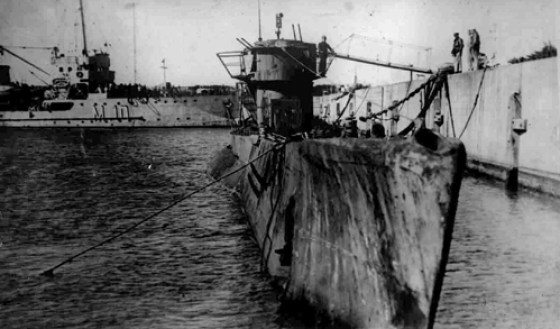 The U-977 moored in Argentina more than 100 days after the end of the war in Europe. (Image source: WikiCommons)