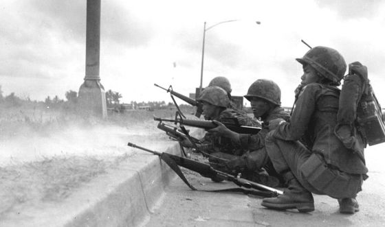 ARVN troops battle VC insurgents in Saigon during the 1968 Tet Offensive. Image courtesy WikiMedia Commons.