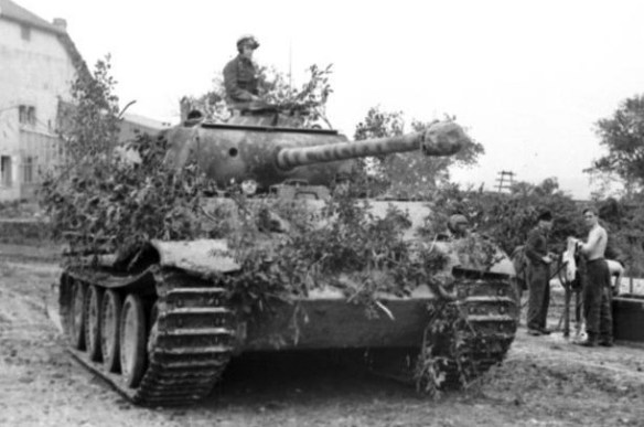 A German tank crew conceals their Panther with foliage. (Image source: German Federal Archive)