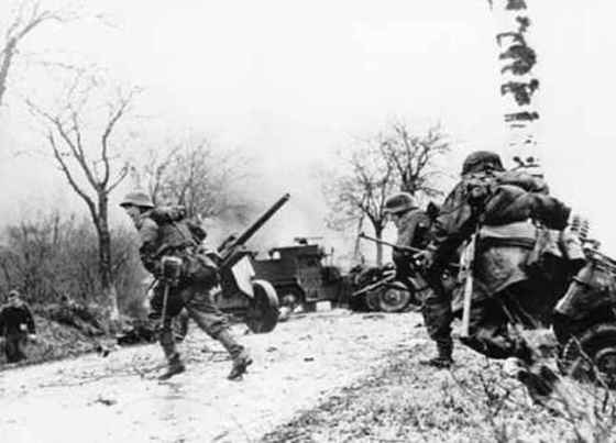 German troops advance in the Ardennes. Dec. 16, 1944. (Image source: German Federal Archive)