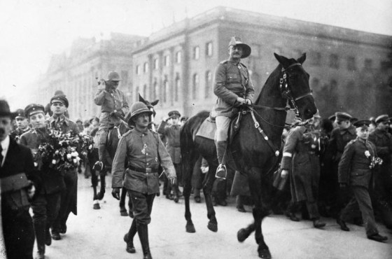 Von Lettow-Vorbeck receives a heroes welcome in Berlin in 1919. (Image source: German Federal Archive)