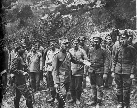 A French colonel inspects a group of Bulgarian POWs. (Image source: WikiCommons)