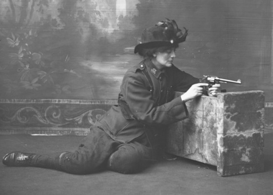 Constance Georgine Markievicz poses in her Irish womens regiment. (Image source: WikiCommons)