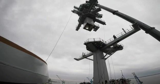 NNS Completes Installation of USS George Washington (CVN 73) Main Mast