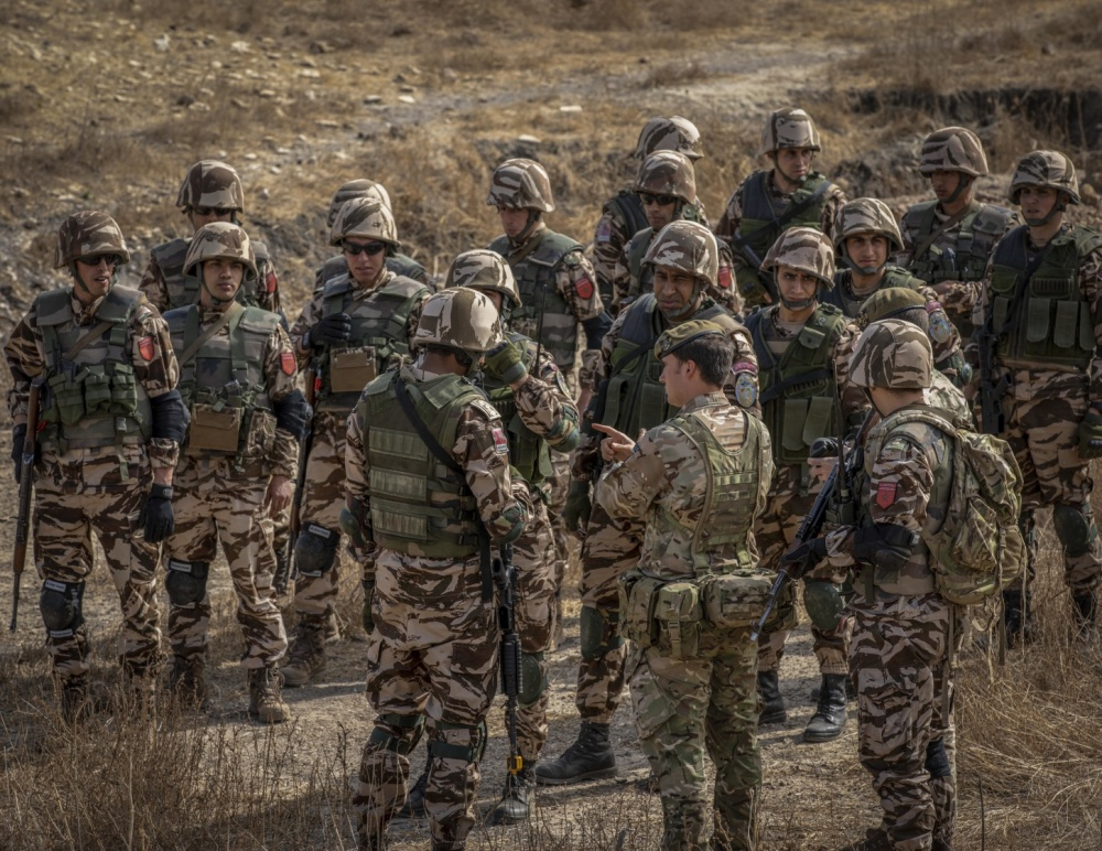 A British specialized infantry soldier informs Moroccan soldiers about the tactics that will be used against enemy threats during the opening days of Flintlock 20 near Thies, Senegal, Feb. 16, 2020.