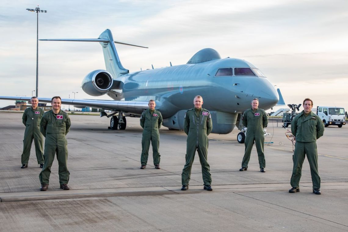 V(AC) Squadron Sentinel R1 crew and aircraft before leaving on the last sortie.