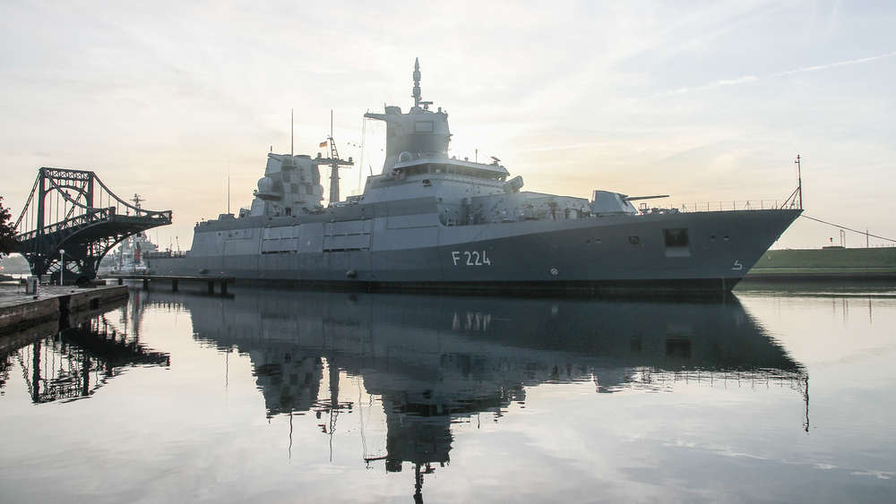 """The German Navy frigate """"Sachsen-Anhalt"""" passing the Kaiser Wilhelm Bridge"""