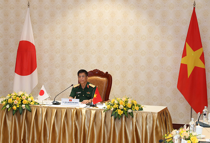 Lieutenant General Nguyen Van Nghia speaking at the talks.