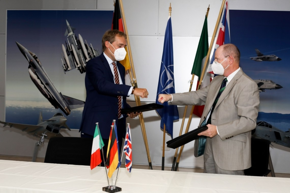 Herman Claesen, CEO Eurofighter Jagdflugzeug, and Ruediger Knoepfel, Deputy General Manager NETMA, signing the P3Ec Conract.