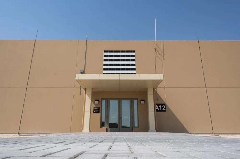المهاجع الجديدة هي الأولى من بين 38 مشروعًا قيد التطوير في جميع أنحاء المنشأة التي تمولها وتشيدها قطر لتوفير المزيد من القدرات التشغيلية ونوعية حياة أعلى للموظفين المنتشرين.  تشمل المشاريع المتبقية ثمانية مهاجع إضافية ، ومنشآت طعام ، وخطوط كهرباء واتصالات ، ومرفق دعم تشغيل أساسي مع المياه والصرف الصحي المرتبطة بها.