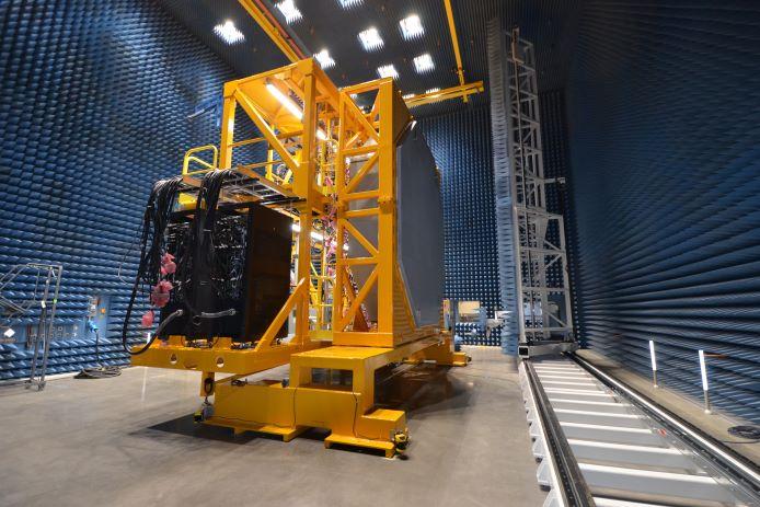 يتم عرض مجموعة رادار AN / SPY-6 (V) 1 أثناء الاختبار في منشأة Raytheon Missiles & Defense's Andover لتطوير الرادار القائمة على MA.