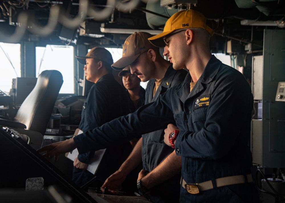 Sailors stand watch in the pilot house aboard Arleigh-burke class guided-missile destroyer USS Kidd (DDG 100) while conducting routine operations, Aug. 27.