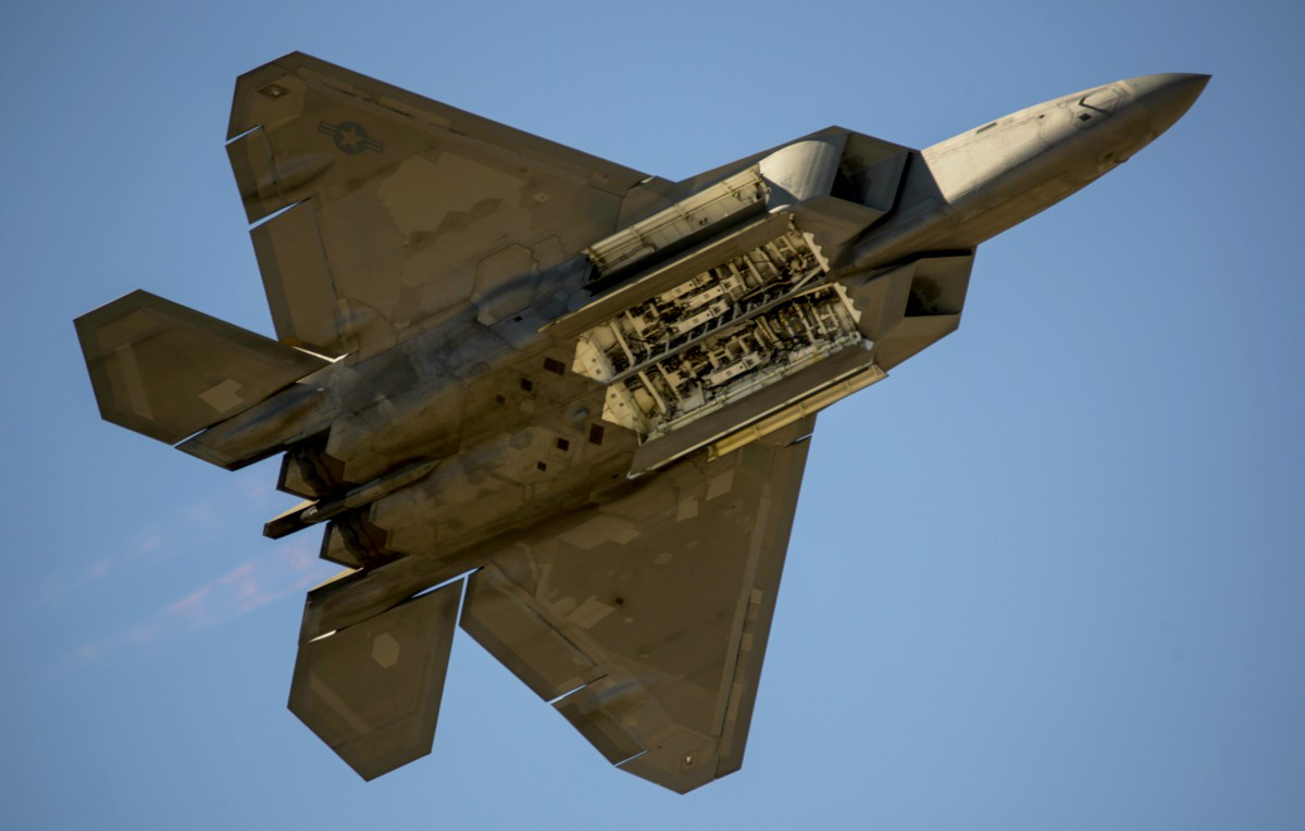 hight resolution of f 22 raptor weapons bay