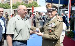 Il Gen. Errico consegna alcuni riconoscimenti al personale civile del Polo Mantenimento Pesante Nord e Polo Nazionale Rifornimenti