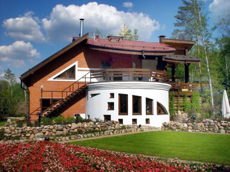 Дом с круглой гостиной. Вид со стороны розария