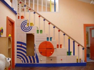 Интерьер детской комнаты. Лестница со встроенными шкафами