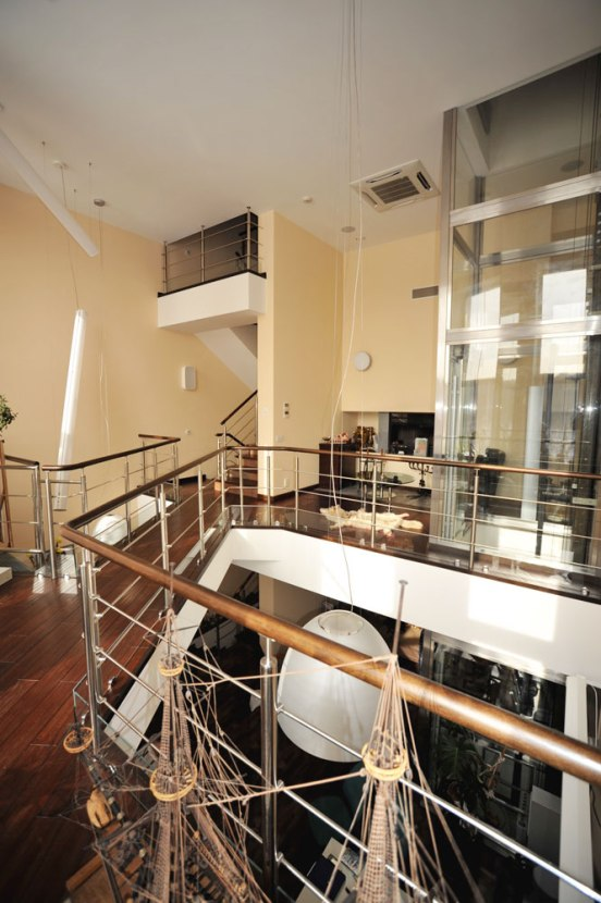 Лифт на галерею второго уровня в гостиной