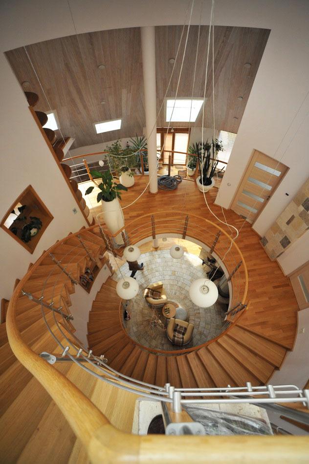 Интерьер био-дома. Винтовая лестница